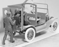 Сборная модель ICM Фургон для доставки бензина Т 1912 и грузчики 1:24 (ICM24019)